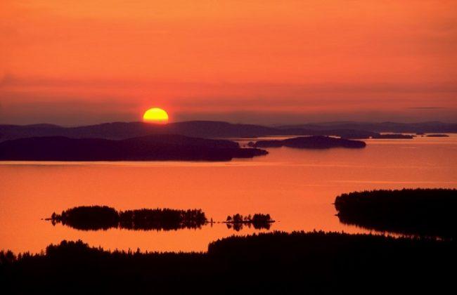 Atardecer en el lago Pielinen visto desde la colina de Räsävaara