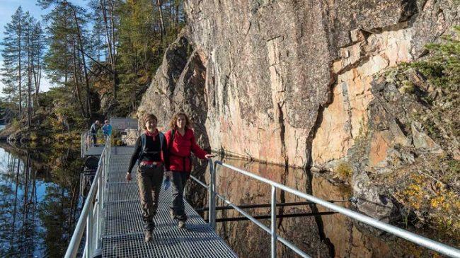 De camino a las pinturas rupestres de Varikallio en el Parque Nacional de Hossa