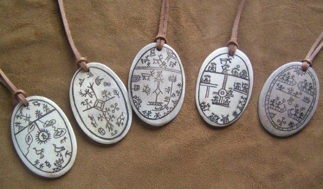 Medallones con la representación de tambores de Shaman Sami