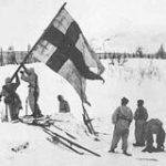 Soldados finlandeses alzando la bandera de Finlandia en Karelia (althistory)