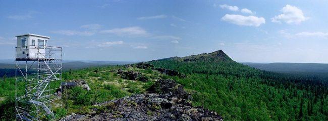 En la cima de Korvatunturi. En primer plano la torre para vigilar la frontera