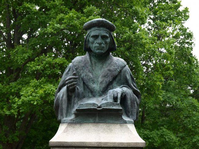 Monumento de Mikael Agricola en la ciudad de Pernaja donde nació en el año 1510