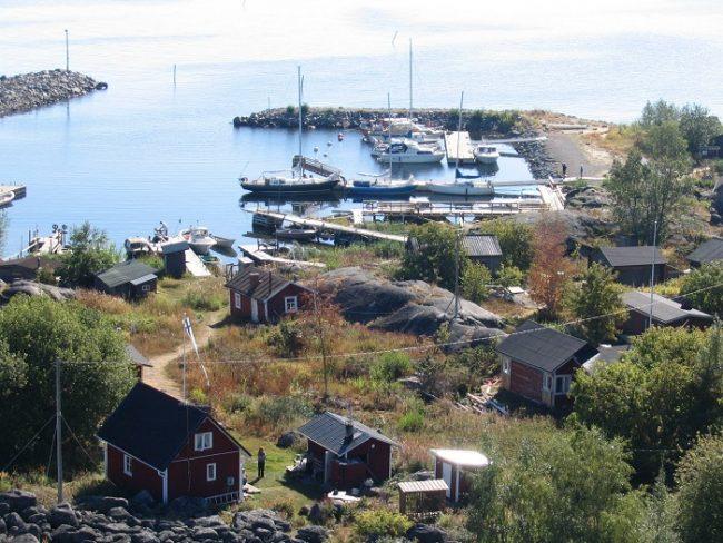Puerto y cabañas de la isla de Tankar