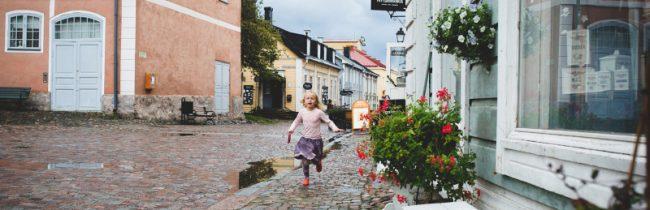 El antiguo barrio de Porvoo es un buen lugar para que los niños jueguen