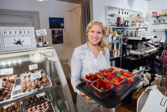 Tan solo cosas buenas en el café-tienda de chocolates Petris de Porvoo