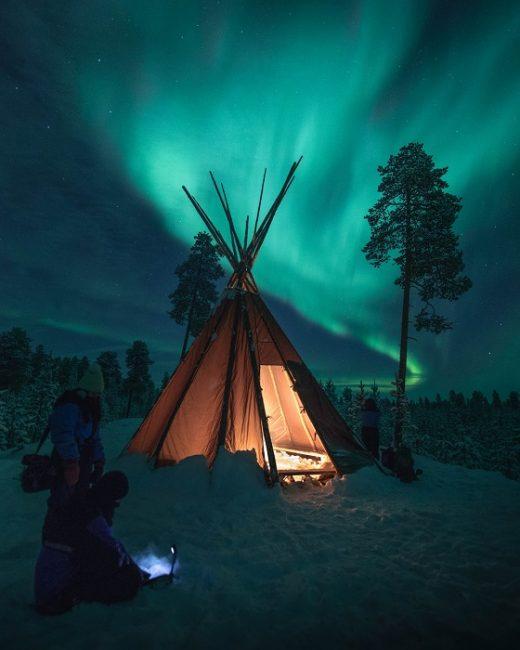 Tienda-Kota y Aurora Boreal en la orilla del lago Inari