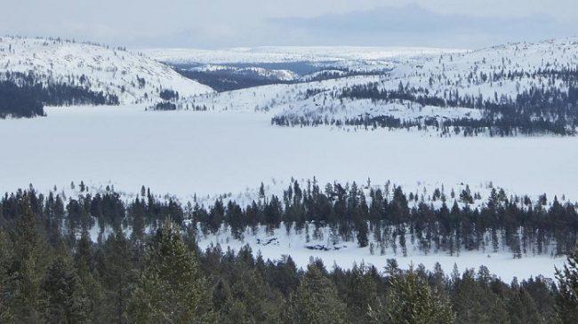 Vista del lago helado de Iso-Rovijärvi en el Área Natural de Vatsari