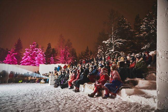 El teatro de la Aurora Boreal en Inari durante el festival Skábmagovat