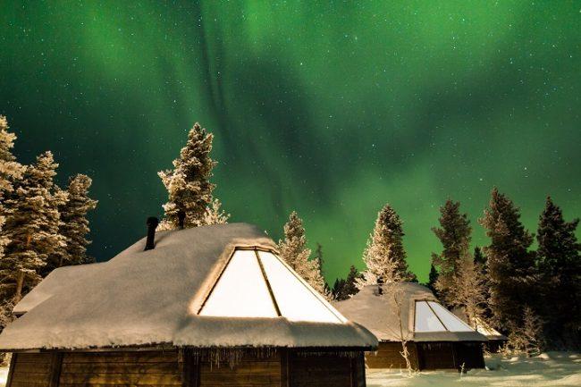 Una manera de disfrutar de la Aurora Boreal es alojarse en una cabaña o iglú con techo de cristal