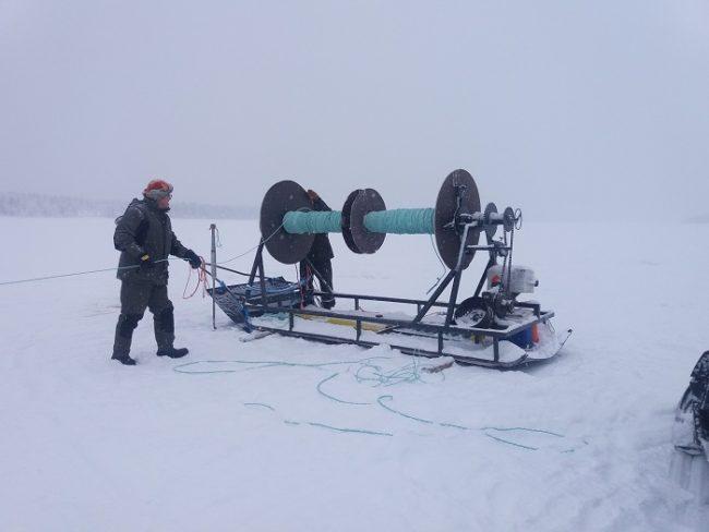 Aparejo para la instalación de redes en el lago Kuusamojärvi
