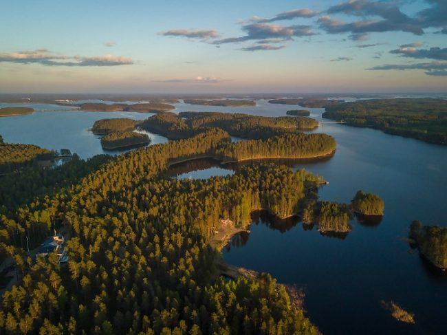 Lugar paraíso donde se ubica el Hotel Punkaharju en la orilla del lago Saimaa en Finlandia