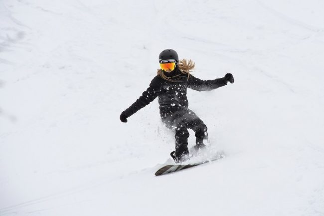 Practicando el snowboard en una de las estaciones de esquí de Laponia