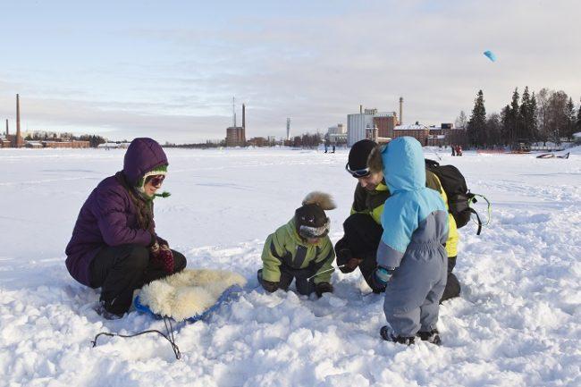 A los más pequeños de la casa les encanta ir a pescar en el hielo