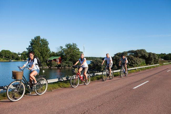 Excursión en bicicleta por las carreteras de asfalto rojo de las islas de Åland