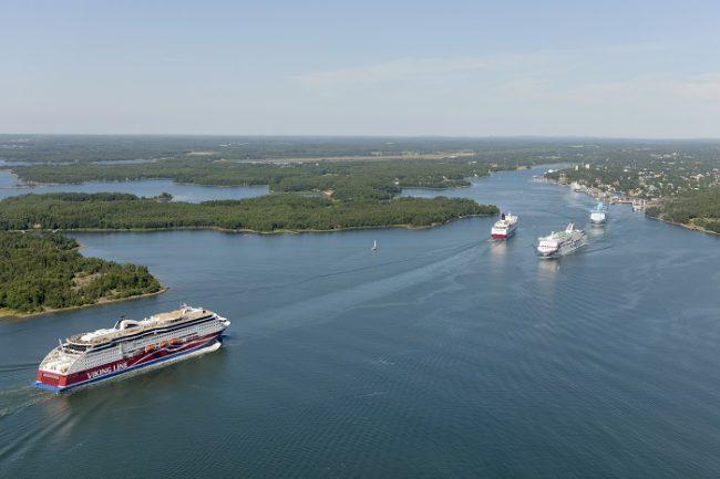 Ferrys entrando y saliendo de Marirhamn, la capital de las islas Åland