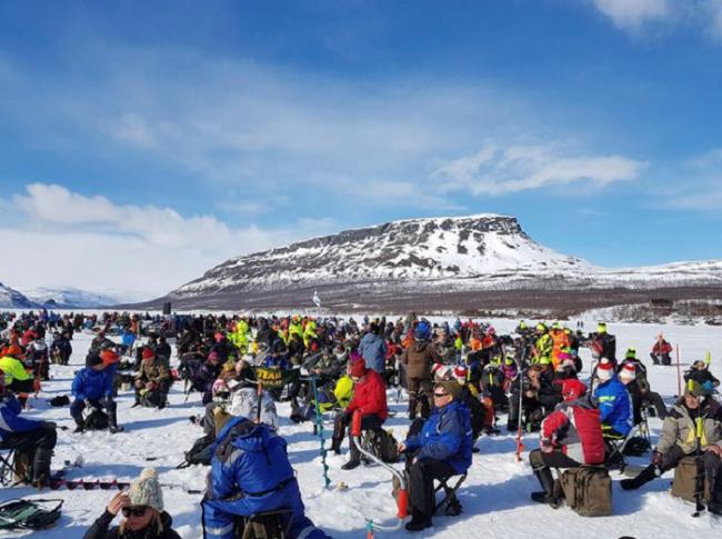 Participantes durante la competición de pesca en el hielo que se organiza en Kilpisjärvi