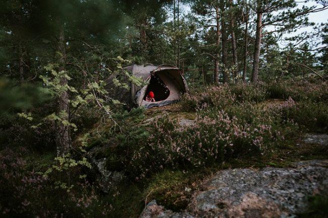 Otra buena manera de recorrer el bosque de Finlandia es con la mochila y la tienda de campaña