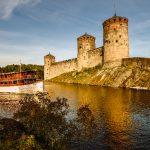 El barco de vapor de Savonlinna navegando cerca del castillo de Olavinlinna