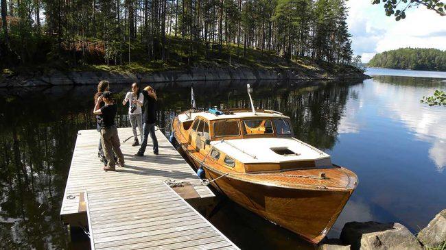 En barco privado es otra buena manera de visitar el Parque Nacional de Linnansaari