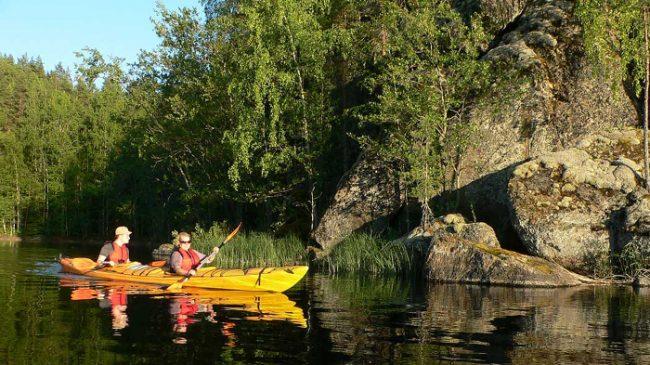 En kayak entre islas en el Parque Nacional de Linnansaari