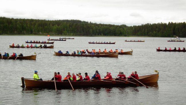 Equipos de remo durante la carrera de Sulkava
