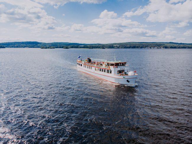 El ferry Rhea navegando por el lago Päijänne