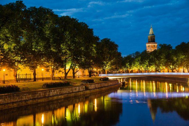 Detalle del río Aurajoki a su paso por la ciudad de Turku. Al fondo la catedral