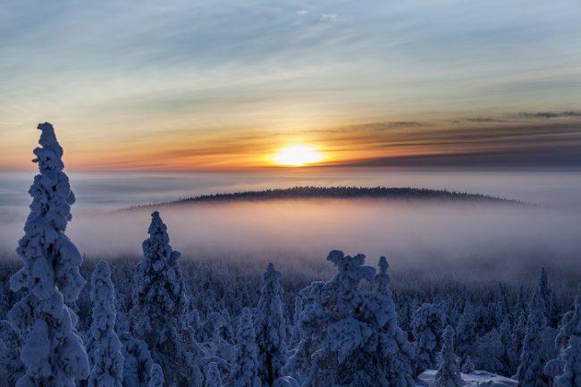 Amanecer o atardeceder desde la colina de Iso-Syöte en Laponia