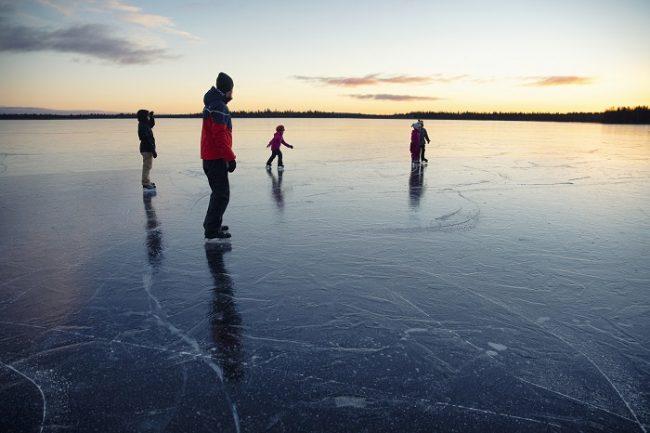 Patinando en el lago Ylläsjärvi en Ylläs-Laponia