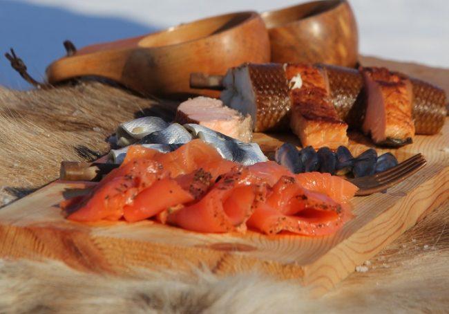 Salmón y otros pescados (Siika y Silli) ahúmados