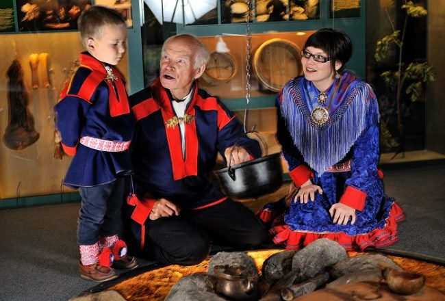 Tres generaciones de Sami en el museo Siida de Inari