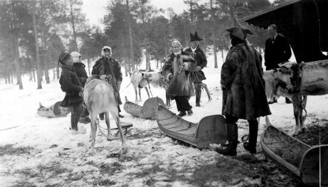 Turistas apunto para una excursión con renos en el año 1938 con auténticos pulkas Sami