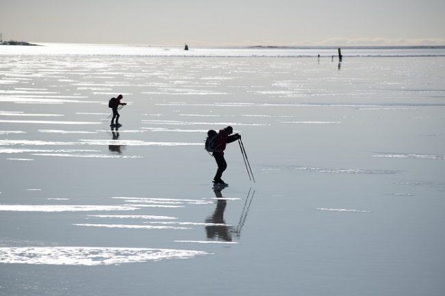 Patinando en un lago helado
